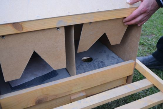 Для плавного скатывания яйца к задней стенке прикручена занавеска