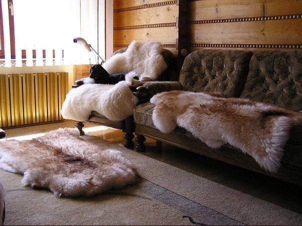 Овчину можно использовать для украшения интерьера квартиры