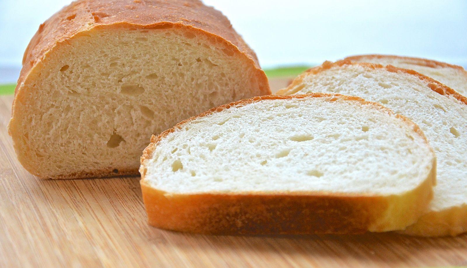 Свежий белый хлеб опасен для кур