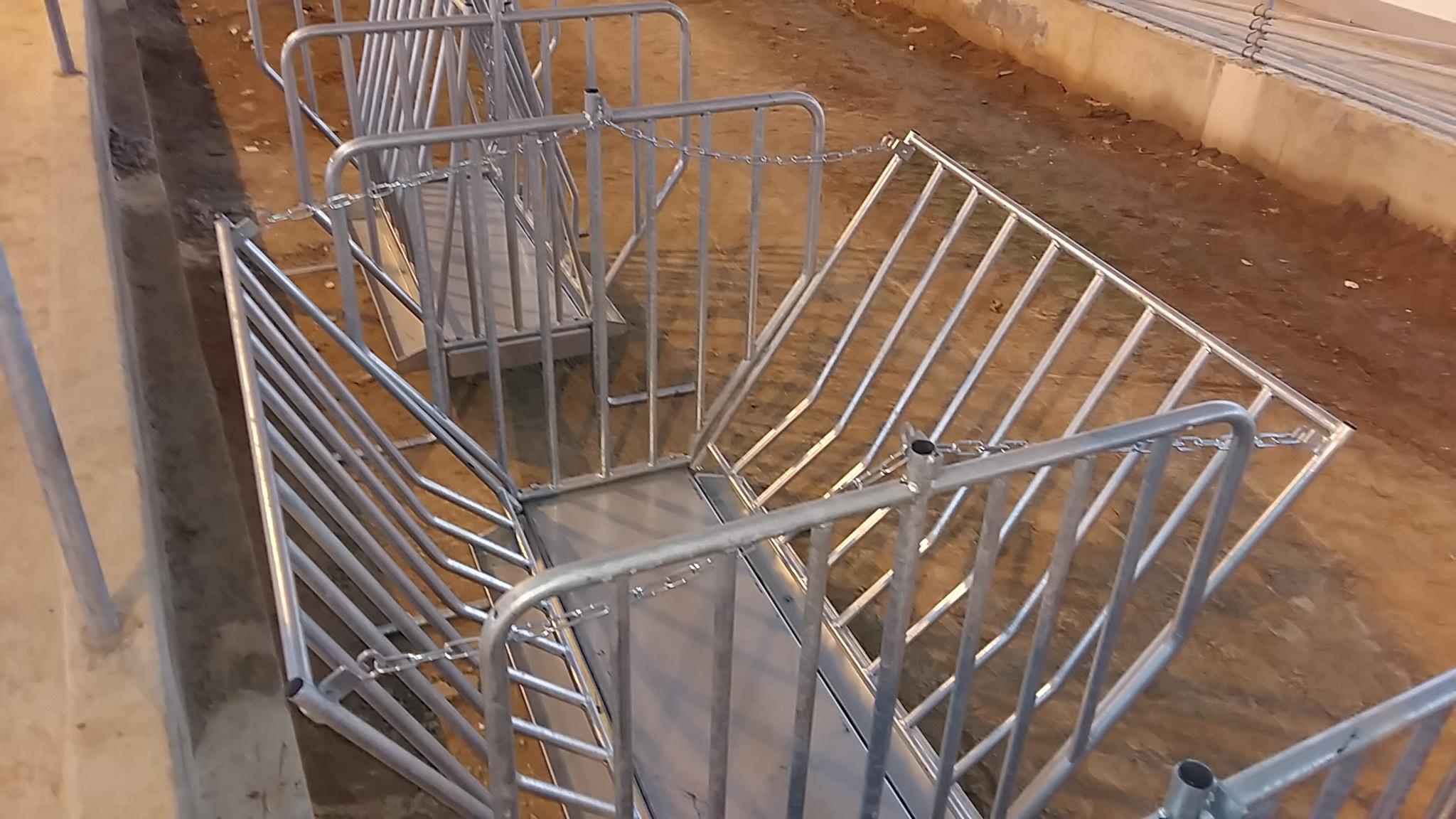 Металлическая кормушка для коз